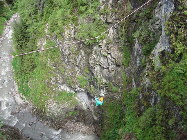 brueckensprung-canyoning-klettersteig-hoehle-teamtraining-gregor-b644px-braun-4145