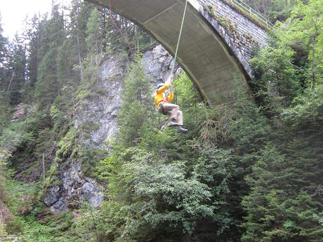 brueckensprung-canyoning-klettersteig-hoehle-teamtraining-gregor-b644px-braun-4172